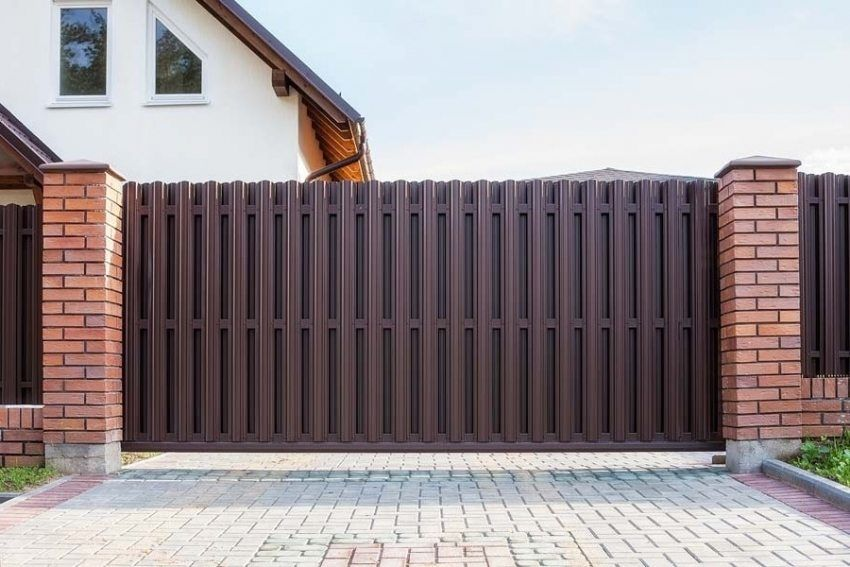 Automatic gates with remote opening: types of designs