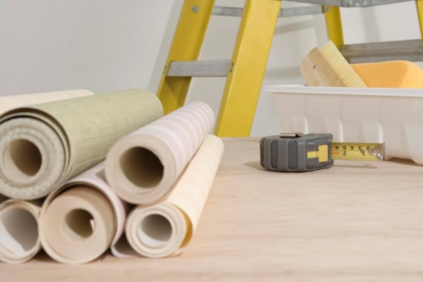 How to glue vinyl wallpaper on a paper basis: useful tips for wall decoration