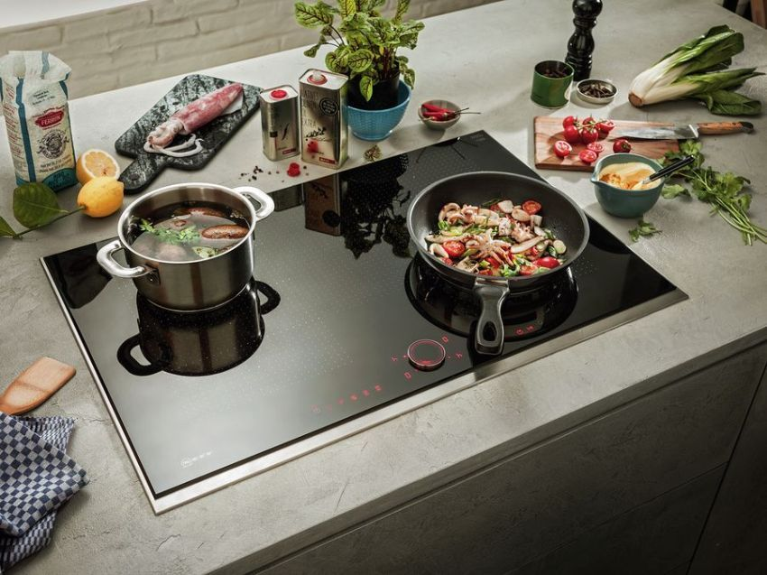 Electric hob: stylish assistant demanding hostess