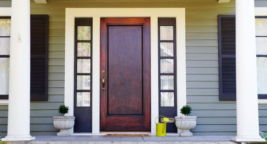 Entrance wooden door for a private house and apartment: reliability and design