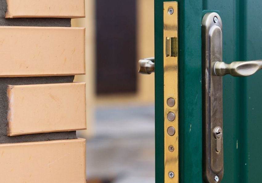Insert locks into the metal door: the choice of the most reliable mechanism